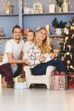 Familia alegre que se sienta en la sala de estar Fotografía de archivo libre de regalías