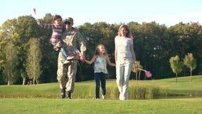 Familia americana de Patriotical con los fondos orgullosos del Ejército de los EE. UU. almacen de metraje de vídeo
