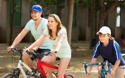 Familia americana que completa un ciclo en parque Fotos de archivo libres de regalías