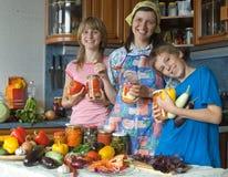 Familia amistosa en cocina. foto de archivo