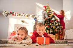 Familia amistosa que celebra Año Nuevo Fotos de archivo libres de regalías
