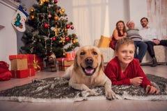 Familia amistosa que celebra la Navidad en casa Fotografía de archivo