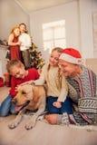 Familia amistosa que disfruta de vacaciones de invierno Foto de archivo libre de regalías