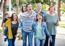 Familia amistosa que entra en el parque junto Fotos de archivo libres de regalías