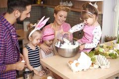 Familia antes de Pascua Fotos de archivo libres de regalías