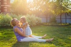Familia armoniosa feliz al aire libre mime a risa y a jugar con la muchacha de la hija del bebé en el verano en la naturaleza Fotos de archivo libres de regalías