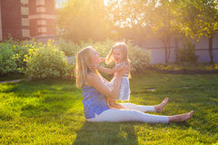 Familia armoniosa feliz al aire libre mime a risa y a jugar con la muchacha de la hija del bebé en el verano en la naturaleza Imagenes de archivo