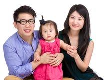 Familia asiática aislada en blanco imagen de archivo