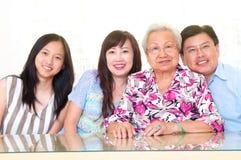 Familia asiática alegre fotos de archivo