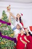 Familia asiática con el árbol de navidad en casa Fotografía de archivo libre de regalías