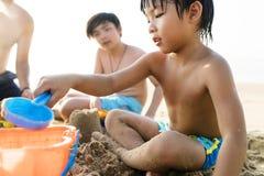 Familia asiática en la playa Fotos de archivo libres de regalías