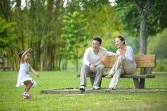 Familia asiática feliz foto de archivo