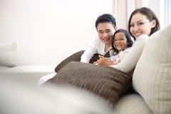 Familia asiática feliz fotos de archivo