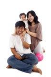 Familia asiática feliz aislada en blanco Imágenes de archivo libres de regalías