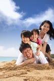 Familia asiática feliz en la playa Fotografía de archivo libre de regalías