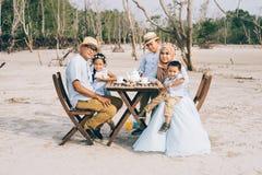 Familia asiática feliz que tiene un buen momento de comida campestre de la felicidad al aire libre foto de archivo libre de regalías