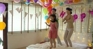 Familia asiática joven feliz que baila junto en evento del partido en casa
