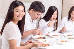 Familia asiática que almuerza junto Imagenes de archivo