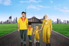 Familia asiática que camina junto en la trayectoria Imágenes de archivo libres de regalías