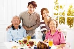 Familia asiática que cena junto foto de archivo libre de regalías