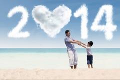 Familia asiática que disfruta de día de fiesta del Año Nuevo Imagenes de archivo