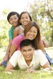 Familia asiática que disfruta de día en parque
