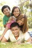 Familia asiática que disfruta de día en parque Imagen de archivo libre de regalías