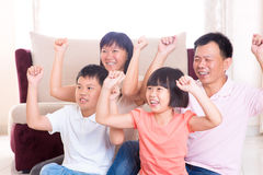 Familia asiática que juega al juego en casa. Fotos de archivo libres de regalías