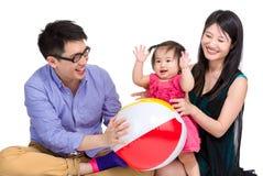 Familia asiática que juega la bola Foto de archivo libre de regalías