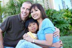 Familia atractiva en el país imagen de archivo