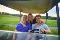 Familia atractiva en su carro de golf Imágenes de archivo libres de regalías