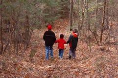 Familia-Ayuda del pequeño individuo Imagen de archivo libre de regalías
