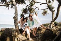 Familia bajo árbol   fotos de archivo libres de regalías