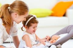 Familia bebé recién nacido de la madre y de los niños y hermana grande foto de archivo