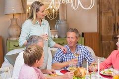 Familia bonita que habla junto en la cena de la Navidad Imagen de archivo libre de regalías