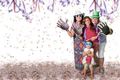 Familia brasileña en el partido del carnaval fotografía de archivo