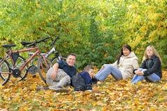 Familia - caminata del otoño fotos de archivo