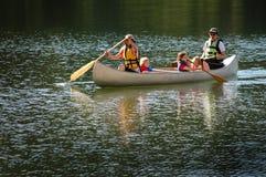 Familia Canoeing junto en el lago en desierto fotos de archivo libres de regalías