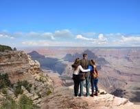 Familia cariñosa el las vacaciones que caminan viaje Imagen de archivo libre de regalías