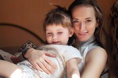 Familia cariñosa feliz muchacha de la madre y del niño que juega y que abraza imagenes de archivo