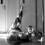 Familia cariñosa feliz muchacha de la madre y del niño que juega y que abraza, monocromática foto de archivo libre de regalías