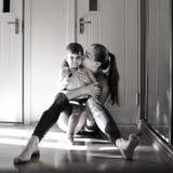 Familia cariñosa feliz muchacha de la madre y del niño que juega y que abraza, monocromática imagenes de archivo