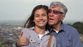 Familia cariñosa hispánica del abuelo y de la nieta almacen de metraje de vídeo