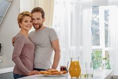 Familia cariñosa que desayuna en casa Foto de archivo