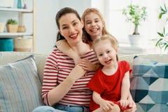 Familia cari?osa feliz foto de archivo