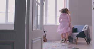 Familia cari?osa feliz Madre joven y su hija que juegan en el cuarto de ni?os La mam? y la hija est?n bailando en almacen de metraje de vídeo