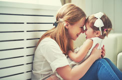 Familia cariñosa feliz madre y niño que juegan, besándose y hugg Foto de archivo libre de regalías