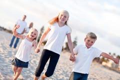 Familia caucásica adorable en un paseo fotos de archivo libres de regalías
