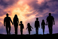 Familia caucásica al aire libre en la puesta del sol Foto de archivo