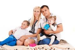 Familia caucásica con los niños jovenes Foto de archivo libre de regalías